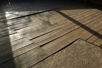 Hniloba je příčinou propadu dřevěné podlahy v zahradním altánu u Chodského hradu.