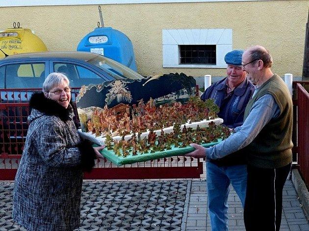 RODINNÝ BETLÉM. Zdeňka a Karel Hulovi ho přivezli z Klenčí pod Čerchovem do Trhanova Václavu Prantlovi. Bude k vidění spolu s dalšími na Vánoční výstavě v trhanovském zámku.