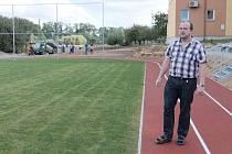Starosta Staňkova Alexandr Horák na novém školním sportovišti.
