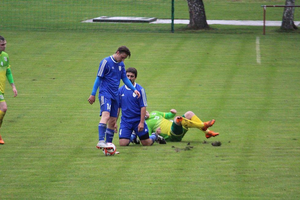 O tom, že se bojovalo urputně o každý míč svědčí souboj mezi (zleva) domácími Tomášem Ježkem s Martinem Kolářem a hostujícím Pavlem Chvalem.
