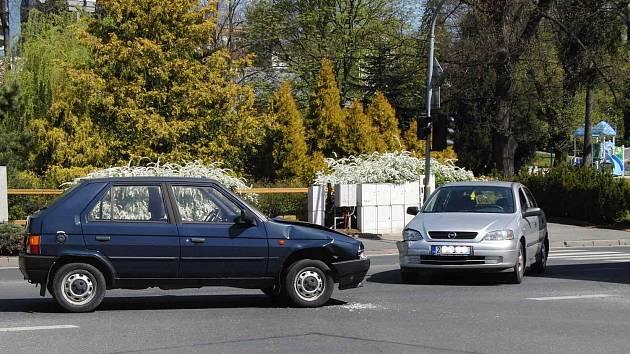 Řidič Opelu nedal při odbočování vlevo přednost protijedoucí Škodě Favorit.