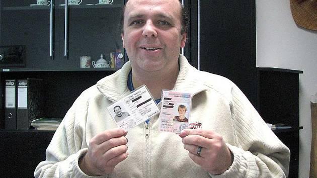 Jen do konce tohoto roku platí řidičské průkazy, které ukazuje vedoucí odboru dopravy Městského úřadu v Domažlicích Jan Koš.