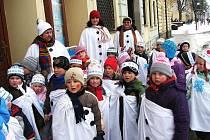 Děti z domažlické mateřské školy v Palackého ulici.Coby sněhuláčci a vločky si odbyly s učitelkami a uklízečkou letošní masopust u starosty města.