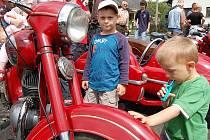 Obdivovat dnes již legendární motocykly značky Jawa přišli před hasičárnu v Postřekově malí i velcí.