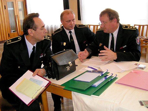 Václav Kalčík (sedí zcela vpravo) byl zvolen novým starostou Okresního sdružení hasičů.
