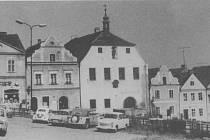 Horní část náměstí v Horšovském Týně v 70. letech minulého století. Foto: archiv města