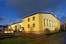 CHRASTAVICKÁ HOSPŮDKA SE SPOLEČENSKÝM SÁLEM. Loni  získal tento obecní objekt nová okna a dveře, dále zateplení a novou fasádu i ekologické vytápění.