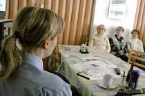 I důchodci z Domova pro seniory v Domažlicích se stávají obětmi zlodějů a podvodníků. Domažličtí policisté jim radili, jak takovým situacím předcházet.