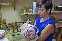 JANA PSUTKOVÁ. Žena, která se celý život věnuje výrobě chodské keramiky, má regionální známku.