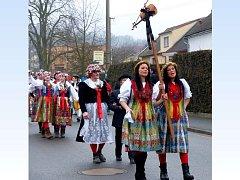 V ČELE  PRŮVODU MAŠKAR, který je při průchodu vsí obležený  diváky, jdou děvčata s housličkami.