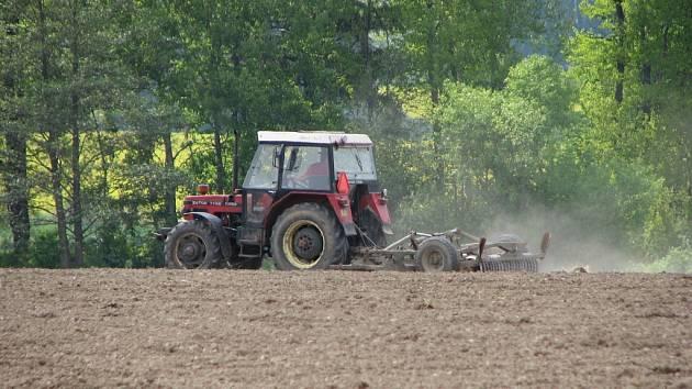 Zatímco na Klenečsku se o víkendu ještě věnovali zemědělci setí, na Mrákovsku vyrazili se sekačkami do luk.