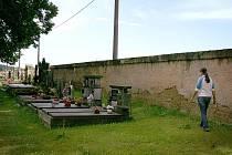 Zeď holýšovského hřbitova, na které se již podepsal zub času, přímo sousedí s renovovanou hřbitovní kaplí, proto město plánuje i její rekonstrukci.