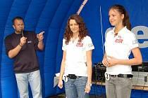 Krásné a sympatické. Lenka Stančeková (uprostřed) a Karolína Šperglová byly ozdobou červnového Dne s Deníkem v Domažlicích. Uvedl je moderátor, redaktor Plzeňského deníku Gerald Weschke.