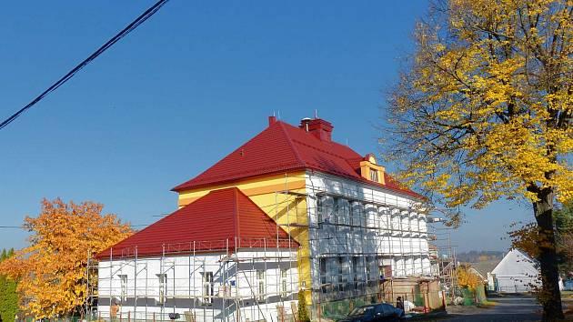 Z OPRAVY CHODOVSKÉ ŠKOLNÍ BUDOVY. Objekt školy se dočkal po 90 letech, kdy byla budova postavena, nového vzhledu.
