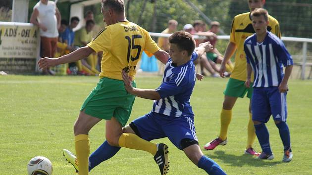 Domažlický Libor Bláha v modrobílém dresu v souboji se Zdeňkem Starobou, pravděpodobně novým trenérem FC Dynamo H. Týn.