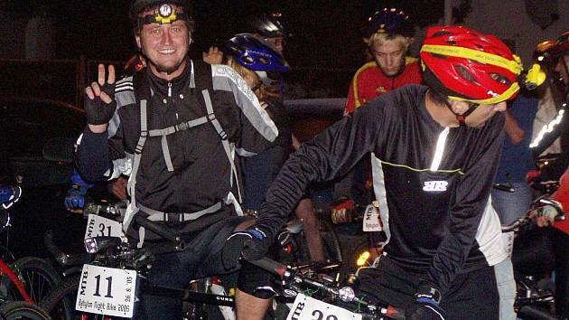 Při premiéře Babylon Night Bike se vyzbrojeni baterkami do potemnělého lesa vydali mimo jiné i Adama Ticháček či Miroslav Visinger (zleva)
