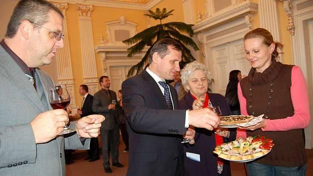 """""""Máte tu moc dobré koláče,"""" prohlásil v obřadní síni radnice, kde ho přijal starosta Domažlic Miroslav Mach, ministr Jiří Čunek."""