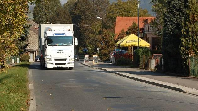 Prapořiště je po Všerubech a Brůdku další obcí, jejíž obyvatele obtěžuje rostoucí kamionová doprava.