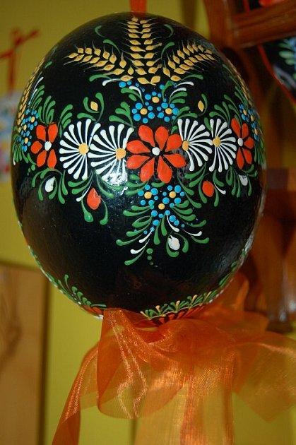 Pštrosí vejce malované voskem – chodský vzor.