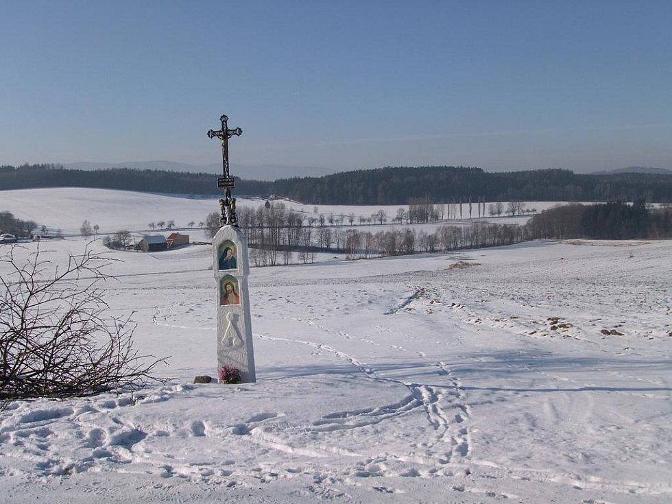 Z nedělní vycházky KČT Domažlice. Boží muka u silnice z Pasečnice do Stráže, v pozadí silnice Pasečnice-Havlovice.