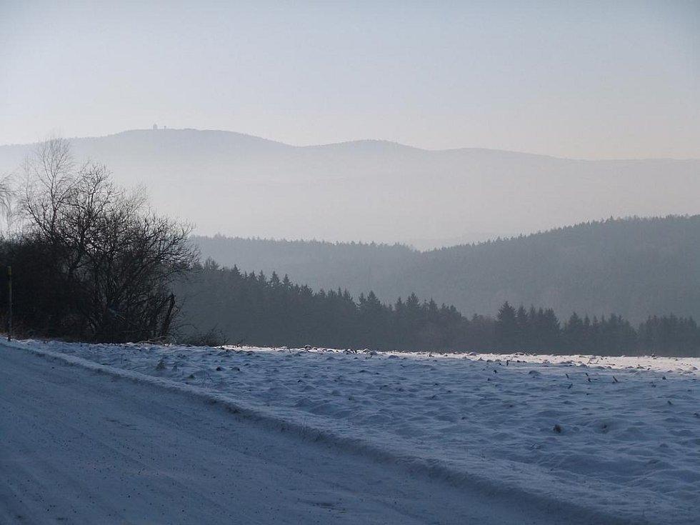 Z nedělní vycházky KČT Domažlice. mezi Stráží a Pasečnicí. Pohled od strážského lesíka na Čerchov.