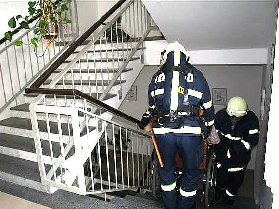 Z evakuace obyvatel domažlického penzionu.