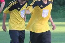 Útočník Pavel Jarina (vpravo na archivním snímku se spoluhráčem Martinem Černým) v neděli vstřelil během první půle všech pět gólů Startu Bělá nad Radbuzou v utkání proti Bohemii Kaznějov.