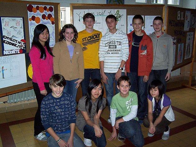 Část studentů prvního ročníku šestiletého gymnázia před svým dílem.