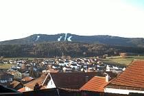 Zasněžené sjezdovky areálu Hohenbogen pohledem kamery.