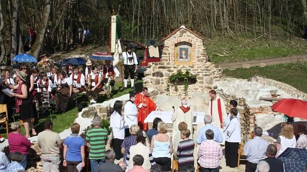 Vysvěcení znovuzrozeného kostela v Lučině – Grafenriedu.