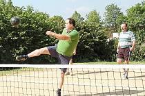 Tým XXXL (na snímku) se zúčastnil sobotního premiérového turnaje v nohejbale trojic v Semněvicích.