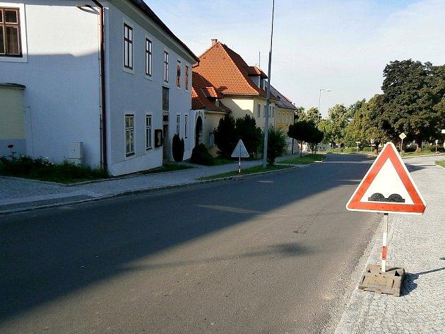 VKlenčí přibyla další místa, kde na nové silnici zapracovala vedra. Snímek je od tamní fary.