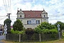 TRHANOVSKÝ ´CHUDOBINEC´. Dům v roce 1908 nechal na vlastní náklady vystavět rodák, významný lékař, univerzitní profesor a spisovatel Josef Thomayer. Roku 1927 ho daroval obci.
