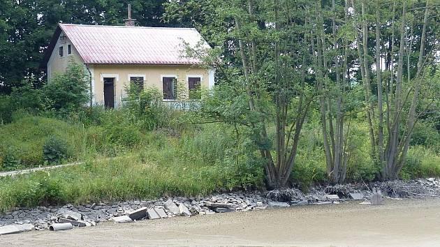 Domažlické Jezero je bez vody, vyžádala si to plánovaná rekonstrukce.