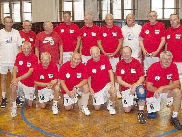 SPOLEČNÉ FOTO. Na snímku je jsou basketbalisté, kteří se pod vedením Oty Bartoška zúčastnili MS.