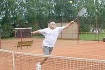 ZDENĚK ŠOS svedl s Miloslavem Knopem ve čtvrtfinále tuhý boj, nakonec však soupeři podlehl po boji 3:6, 6:4 a 2:6.