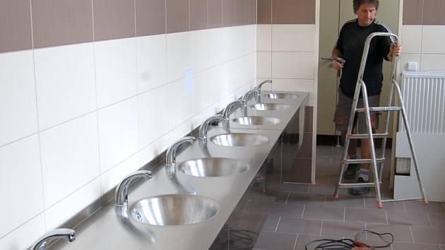 PŘIPRAVENO. Nové vybavení sociálního zařízení v přístavbě domažlické základní školy.