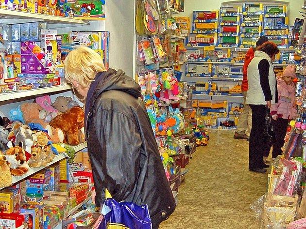 Otevřít přímo na Štědrý den se obchodníkům určitě vyplatí. Najde se totiž spousta lidí, kteří nechávají nákup dárků na poslední chvíli.