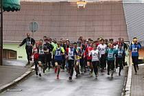 Start 29. ročníku Běhu na Koráb na náměstí ve Kdyni.