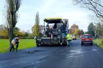 Dělníci opravují silnici v úseku u Horšova.