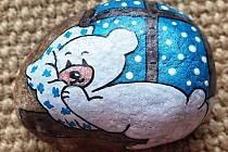 Milada Vlachová maluje kamínky.