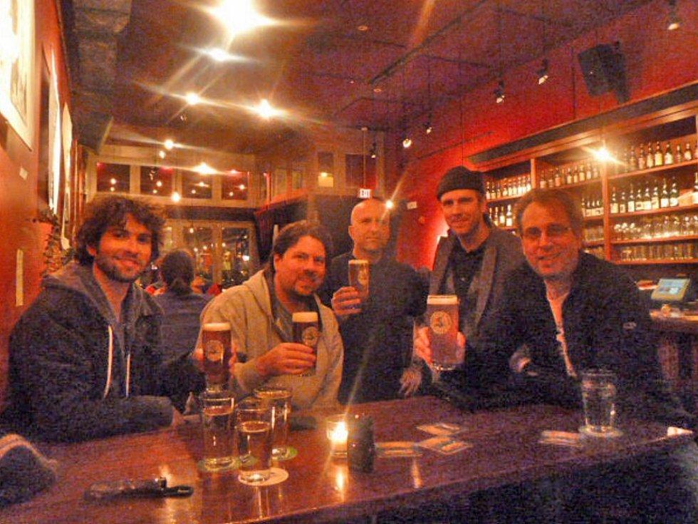 Hostům  baru The dirty truth ve městě Northampton ve státě Massachusetts koutské pivo chutnalo.
