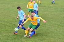 Tlumačov (ve žlutých dresech) získal s Nepomukem dva zlaté body po remíze 3:3 a penaltovém rozstřelu 6:5.