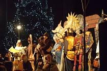 Vánoční muzikál Ochotného divadelnického spolku Karel přilákal davy diváků před pódium před domažlickou radnicí, kde představení odehrávalo.