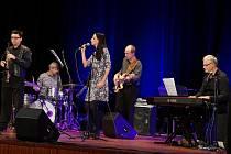 Ve čtvrtek večer se ve velkém sále MKS v Domažlicích představilo uskupení Ivan Audes Quartet se zpěvačkou Soňou Hanzlíčkovou Borkovou.