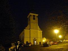 Při loňském koncertu byl nejen kostel obležený auty.