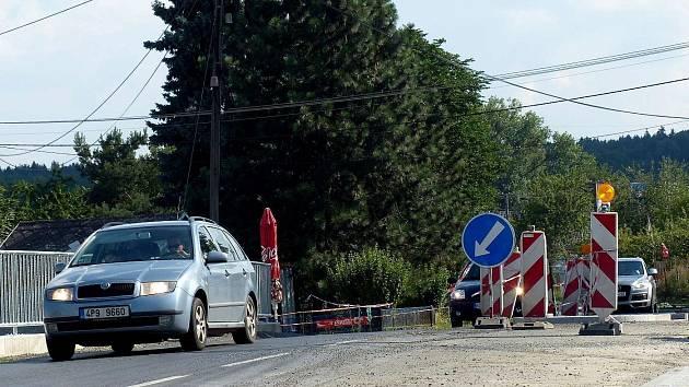 Z prací u průtahu obce Březí. O víkendu sice utichnou stroje dělníků, ale provoz je stále hustý.