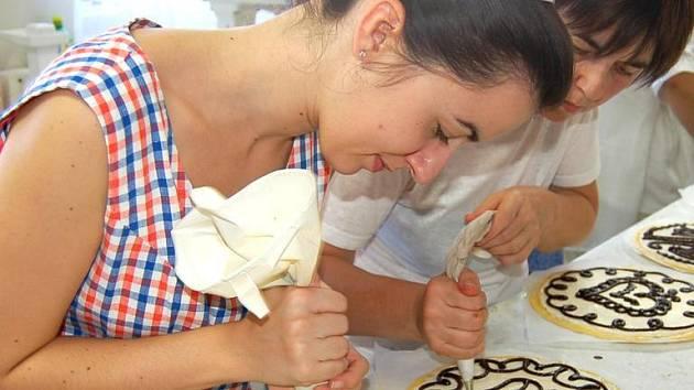 Pravý chodský koláč je neodmyslitelnou součástí chodských slavností. V bořické pekárně jich letos pečou na osm tisíc.