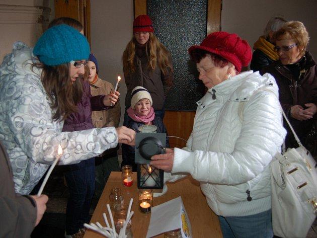 BETLÉMSKÉ SVĚTLO se bude opět rozdávat na Štědrý den i v domažlickém kostele Narození Panny Marie.