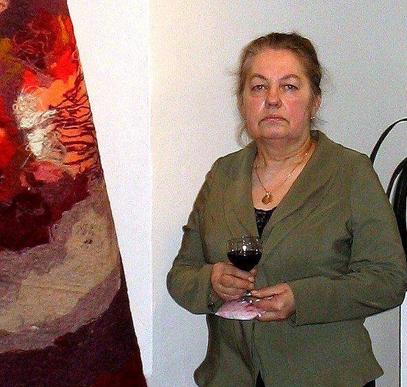 Milada Hynková před jedním ze svých děl zhotovených technikou aradekoru.